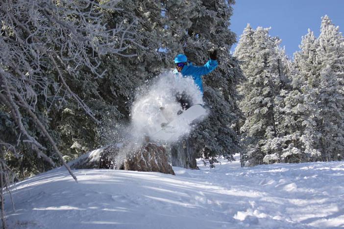 Dave Knapik blasting through the fresh powder on Gunslinger.