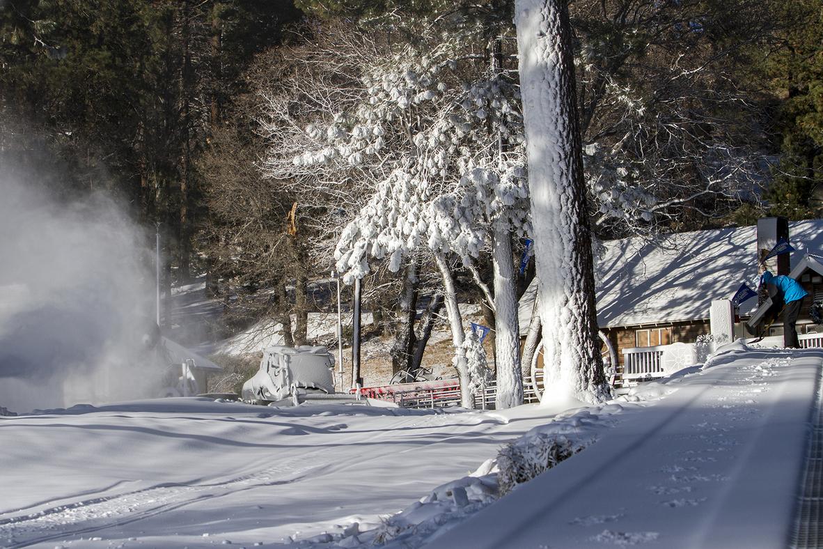 20161202_Snowmaking_19degrees_Shovelling Wide.jpg
